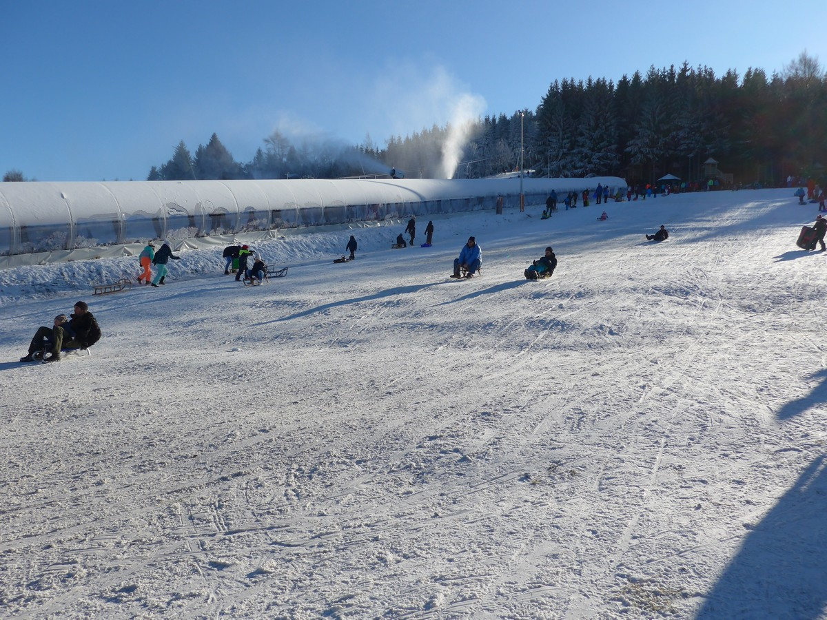 Rodelhang am Skigebiet mit überdachtem Zauberteppich