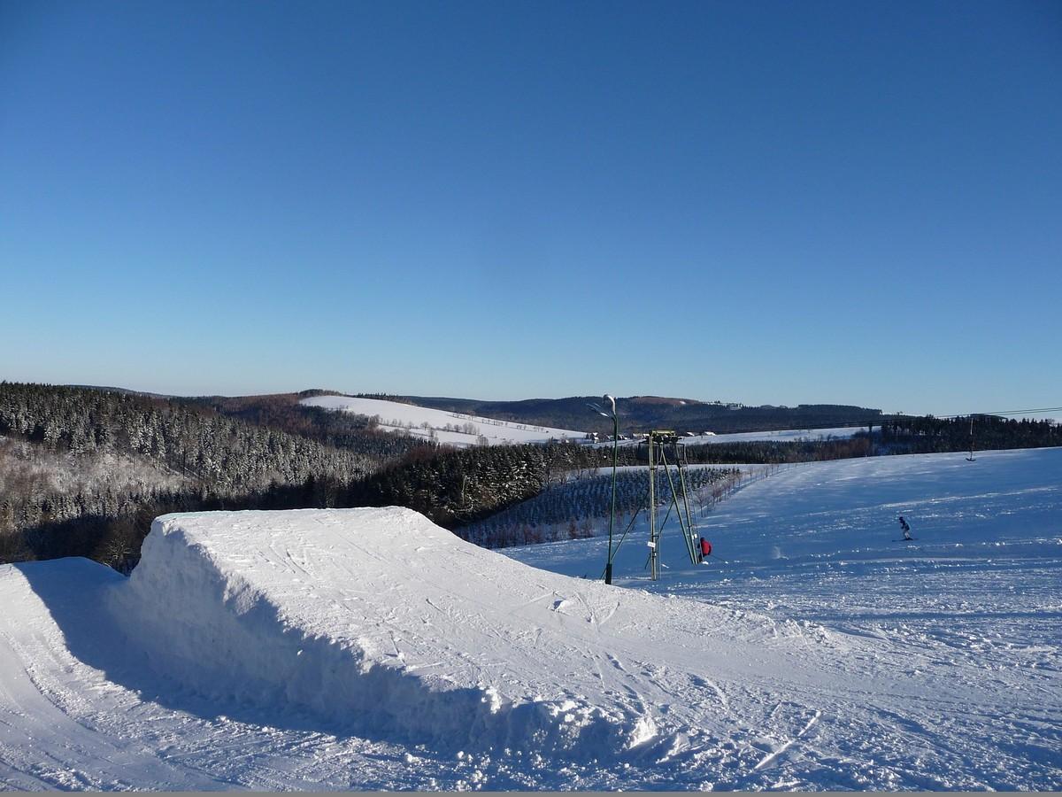 Massive Snowpark im Skigebiet Hermsdorf im Erzgebirge