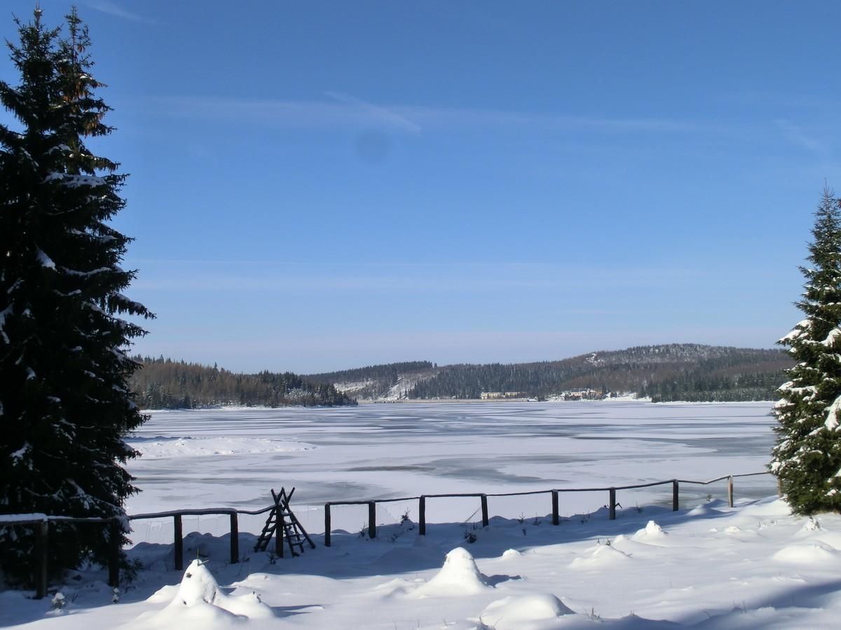 Blick auf den zugefrorenen Stausee der Talsperre Flaje