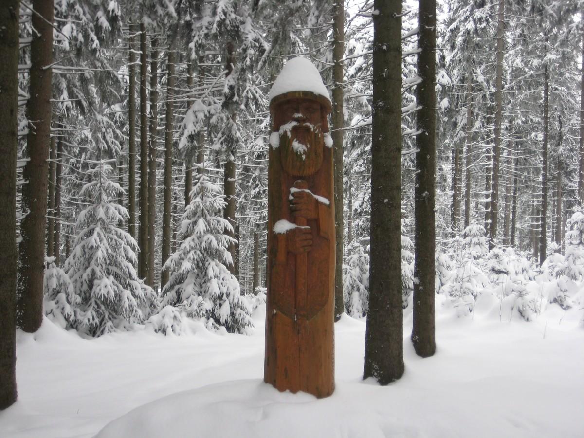 Holzschnitzfigur Wilder Mann mit Schneekuppe im Geyerschen Wald