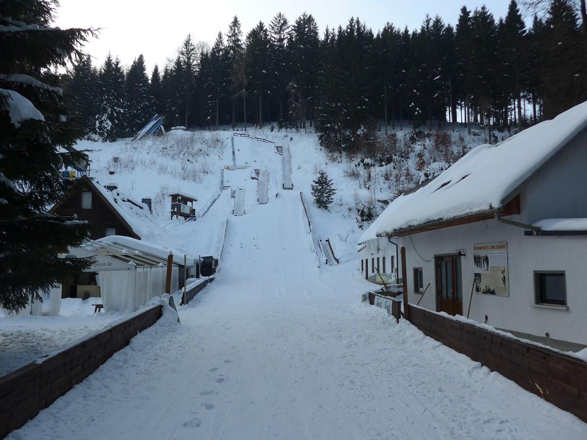 An den Skisprungschanzen im Greifenbachtal bei Geyer