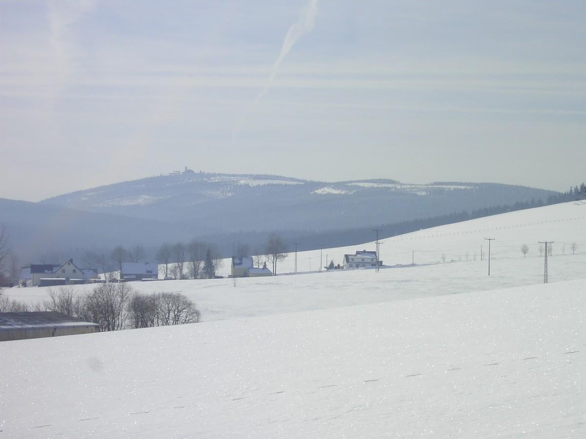Anschluss Neudorf Ortsmitte - Blick zum Fichtelberg