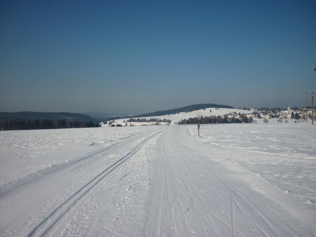 Loipe auf der Freifläche - Blick auf Horní Blatna