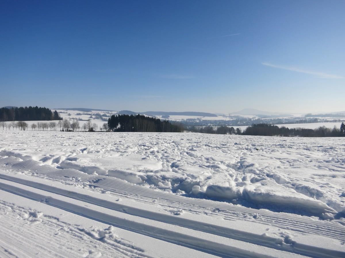 Blick auf die umliegenden Berge im Loipengebiet Schlettau