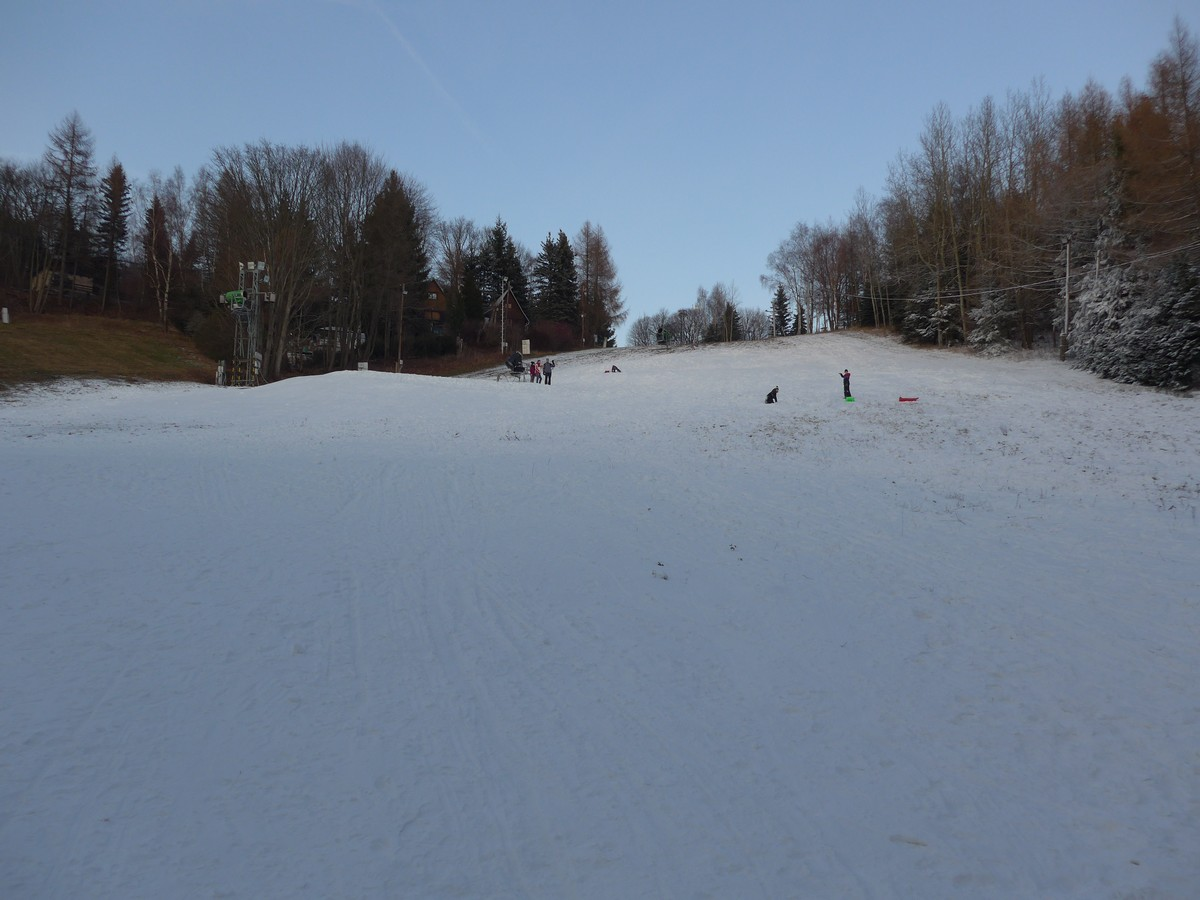 Blaue Abfahrtspiste im Skigebiet Mezihori