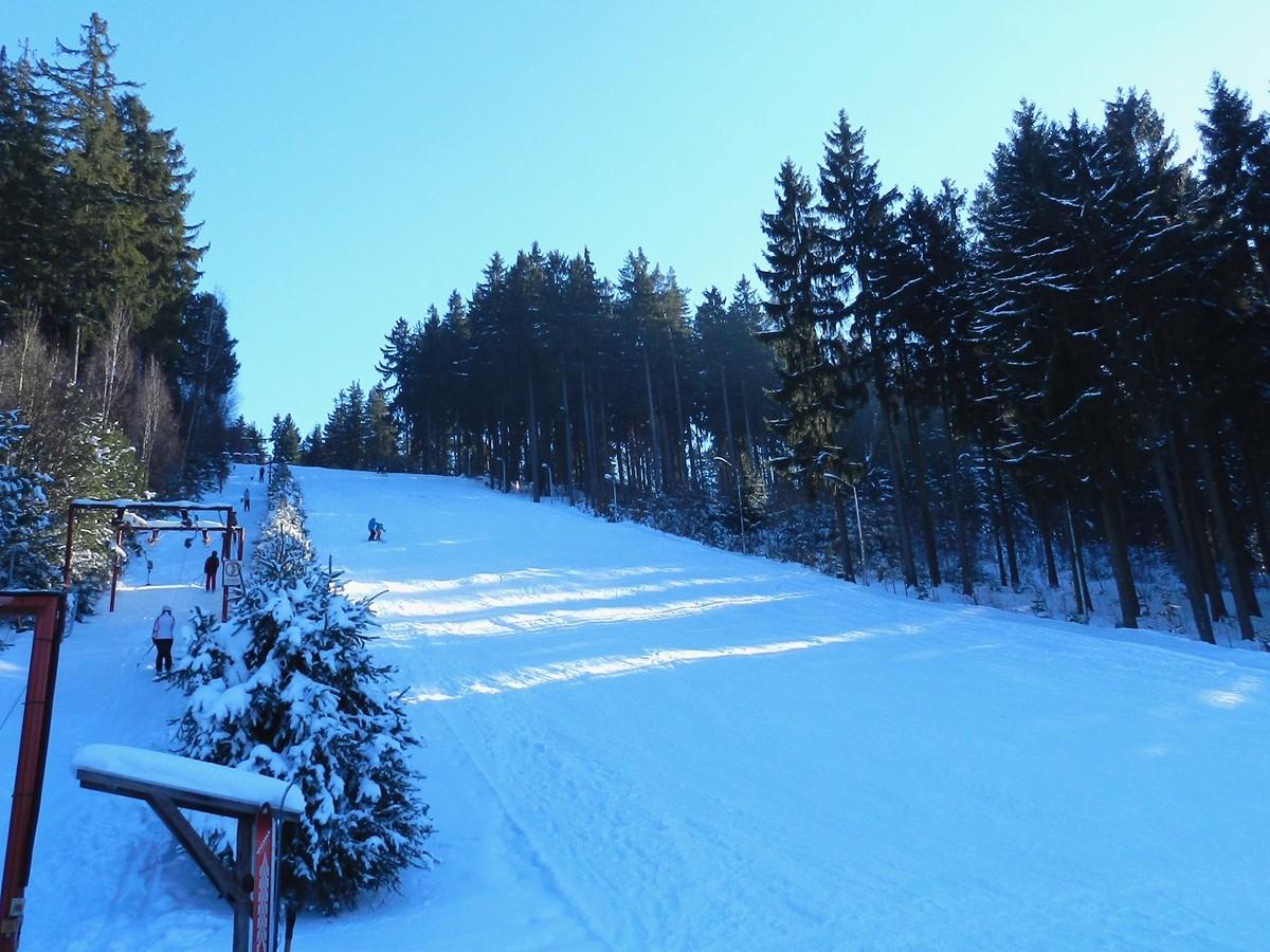Skilift und Skihang Zschorlau im Bereich der ehemaligen Sprungschanze