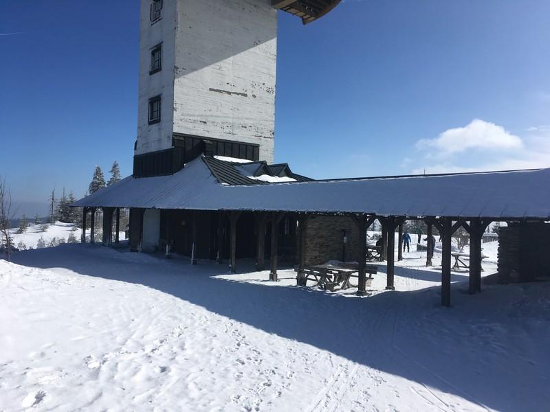 Auf dem Berg existieren mehrere geschützte Rastplätze