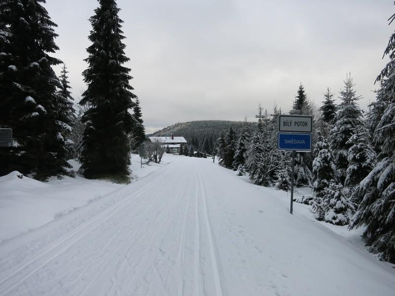 Loipe auf der im Winter gesperrten Straße kurz vor der Baude Smedava