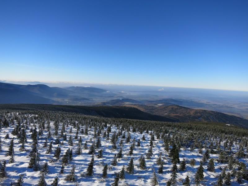 Blick vom Aussichtsturm Richtung nördliche Ausläufer des Isergebirges und Neißetal