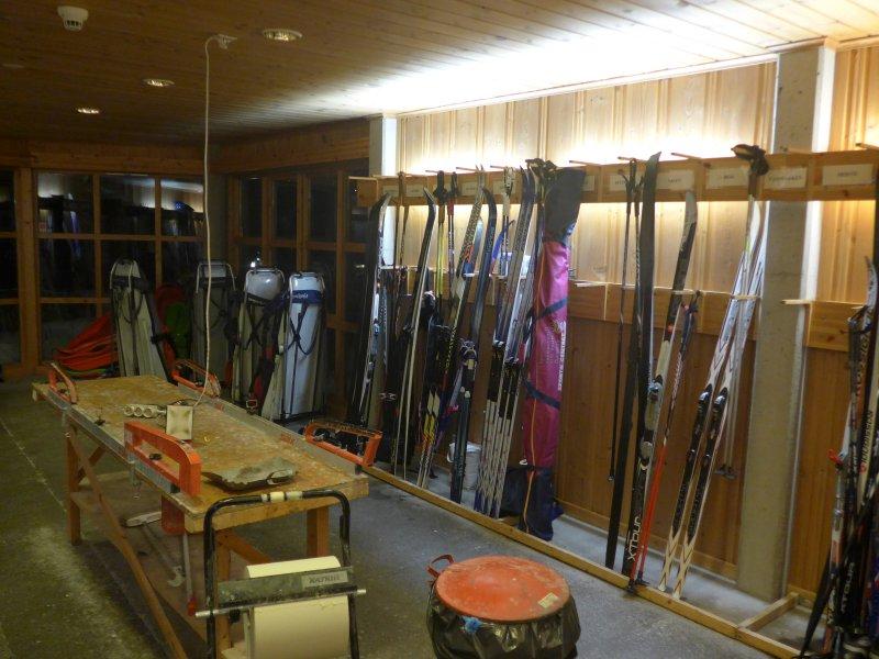 Skiraum mit Wachstischen